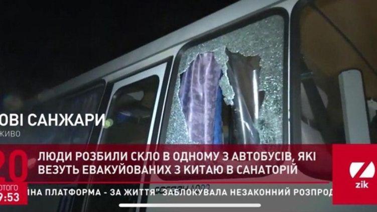 Появилось ВИДЕО, как эвакуированные из Китая украинцы закрывали собой детей от камней в Новых Санжарах