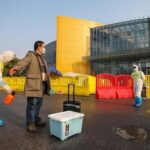 Количество погибших от коронавируса в Китае превысила 2400 человек