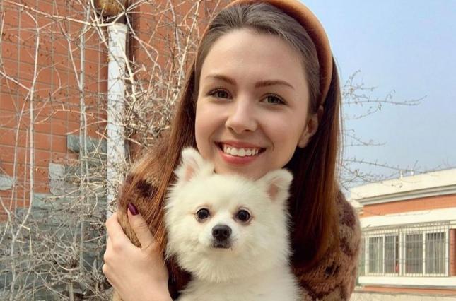 Зеленский позвонил девушке с собачкой, что осталась в Ухане