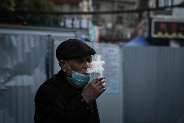"""В Минздраве заявили, что коронавирус быстрее """"выкашивает"""" курильщиков"""