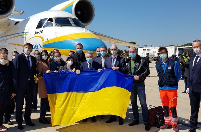 Как украинских медиков встретили в Неаполе: мурашки по коже. ВИДЕО
