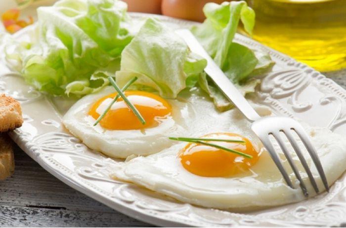 Качественная работа мозга, но ранняя смерть: что должны знать любители яиц