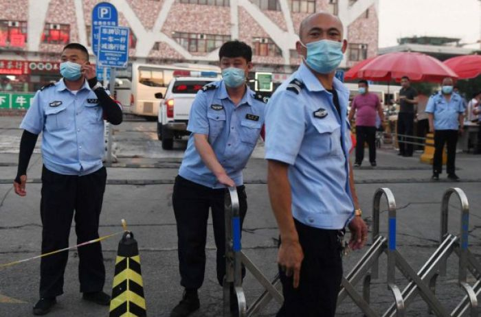 """Режим """"военного положения"""" и жесткий карантин: в Пекине бьют тревогу из-за вернувшегося COVID-19"""