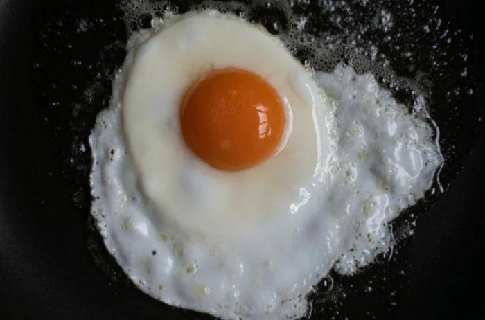Врачи рассказали о том, полезны или вредны жареные яйца