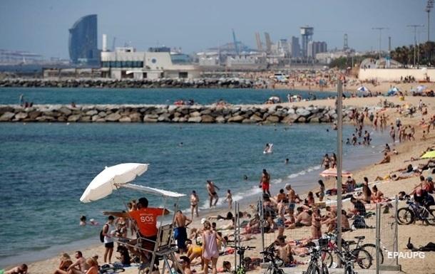 В Испании масово закрывают пляжи из-за нарушения социальной дистанции