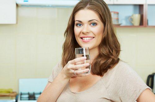 Врачи рассказали почему нельзя пить воду на ночь