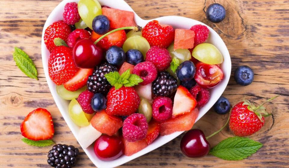 Диетолог рассказала, кому опасно часто есть фрукты