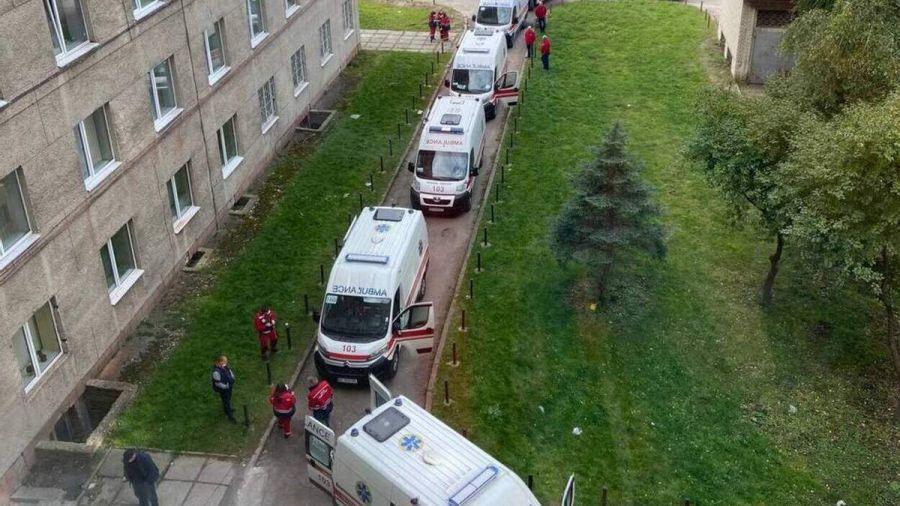 Возле больницы Львова образовались очереди из скорых с ковид-больными