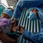 В мире сделали почти 300 млн прививок от COVID-19