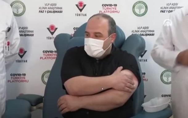 Турецкий министр стал участником испытаний отечественной COVID-вакцины (ВИДЕО)