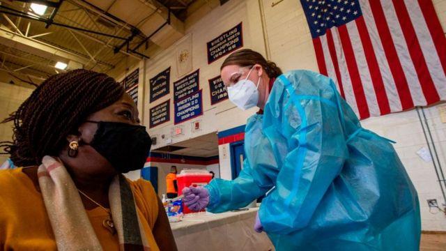 Пока в России вакцинировали только 8 млн человек, в США 198 млн