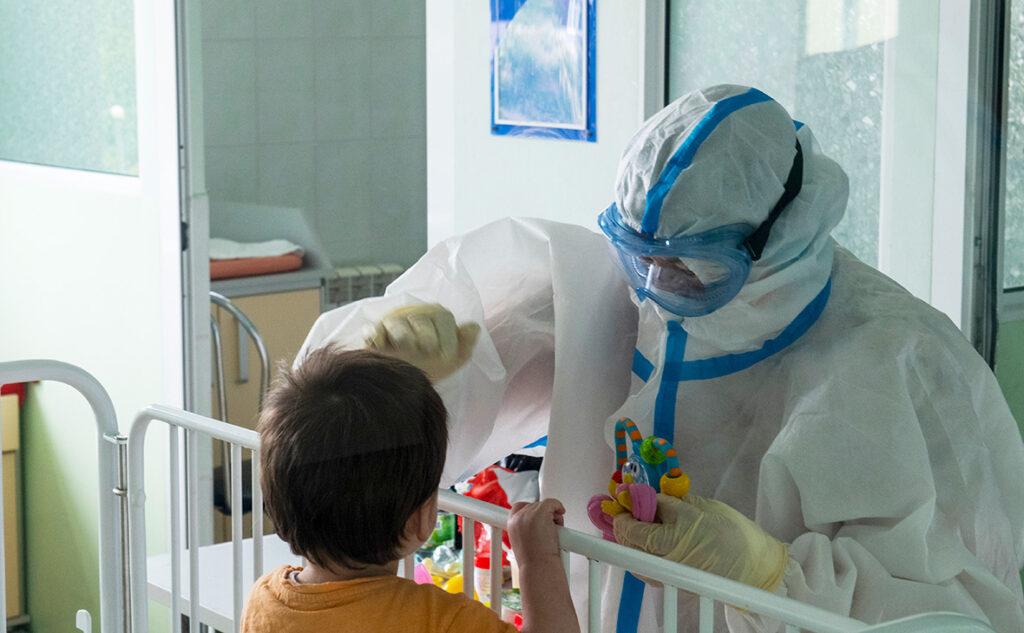 """Новые симптомы COVID-19 у детей: """"британский"""" штамм изменил картину"""