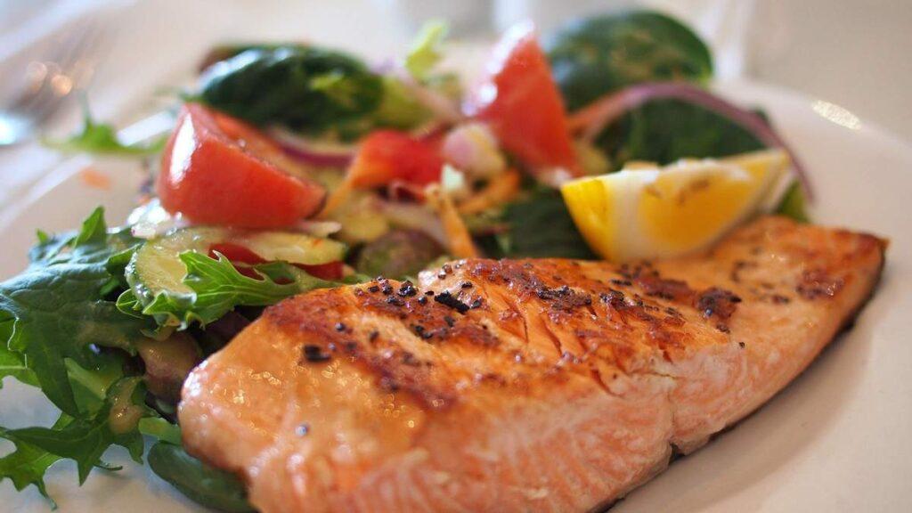 Правильное питание летом: диетолог поделилась примером меню
