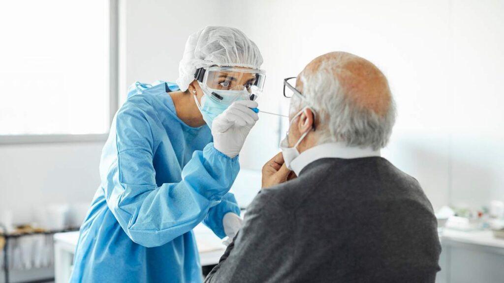 Британские ученые заявили об изменении главных симптомов коронавируса